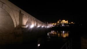 Den romerske broen med moské-katedralen i bakgrunnen.