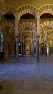 De særegne søylegangene i moskeen.